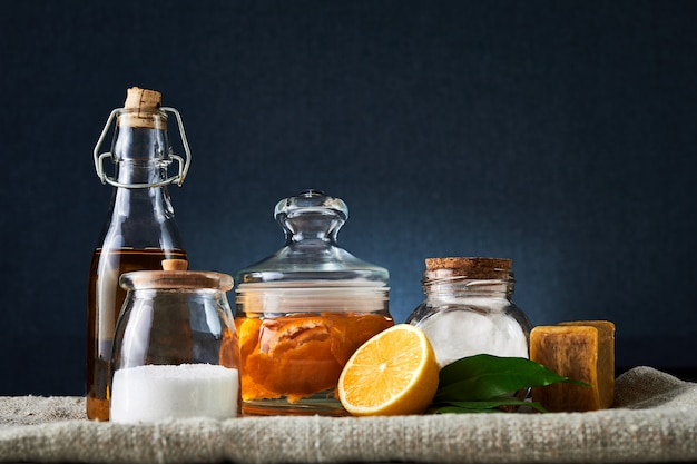Natuurlijke reinigingshulpmiddelen: zeep, azijn, zout, citroen en natriumbicarbonaat voor huishoudelijk gebruik. gezondheidsbescherming