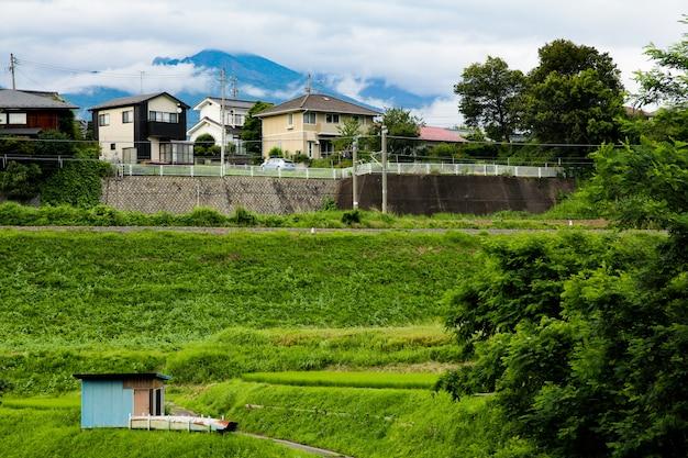 Natuurlijke rijtjeshuizen en bergen in de stad nagano, japan.
