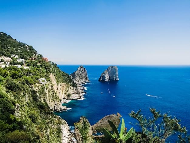 Natuurlijke rotsbogen en kliffen aan de kust van sorrento en capri, italiaanse eilanden