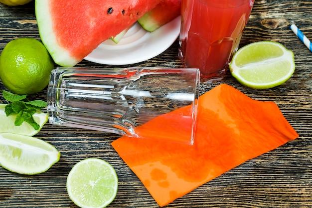 Natuurlijke sappen van rode watermeloenpulp, heerlijk en zoet verfrissend watermeloensap op tafel, watermeloenen uit natuurlijke landbouw