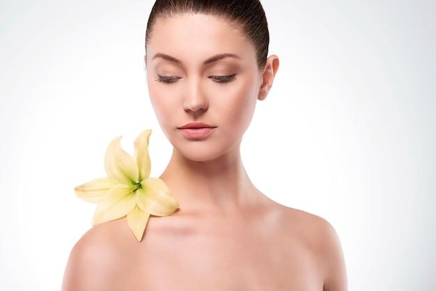 Natuurlijke schoonheid van vrouw met bloem