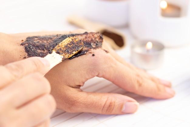 Natuurlijke scrub gemaakt van koffie en suiker. hand peeling suiker scrub met koffie. spa handbehandeling.