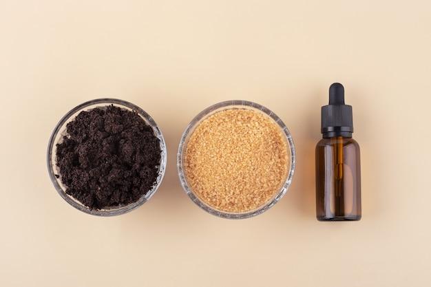 Natuurlijke scrub gemaakt van koffiebruine suiker en etherische olie