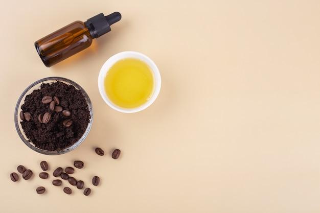 Natuurlijke scrub gemaakt van koffiehoning en etherische olie