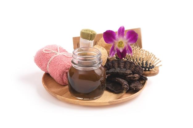 Natuurlijke shampoo met zeeppeulvruchten die op wit worden geïsoleerd.