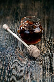Natuurlijke stroperige honing, die wordt geproduceerd door honingbijen, honing wordt verpakt en gebruikt in voedsel omdat het een grote hoeveelheid koolhydraten bevat en nuttig is voor de menselijke gezondheid
