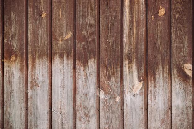 Natuurlijke structuur van houtoppervlak. detailfragment van uitstekende natuurlijke houten textuur. patroon van landelijke bruine houten muur, hek, vloer met copyspace. achtergrond van ongelijk verticaal planked hout.