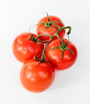 Natuurlijke tomaten die op achtergrond worden geïsoleerd