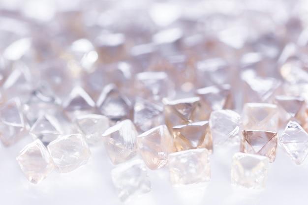 Natuurlijke transparante diamanten in macro op wit