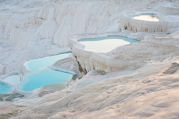 Natuurlijke travertijn zwembaden en terrassen met water in pamukkale