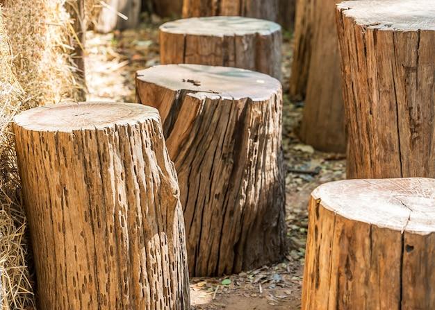 Natuurlijke tuinmeubelen gemaakt van houten blok