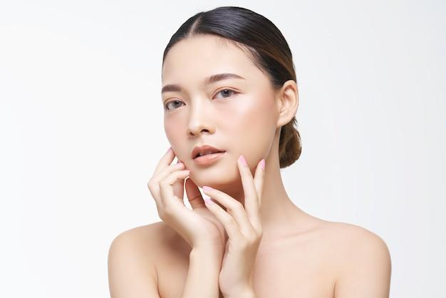 Natuurlijke uitstraling, aziatische vrouw, gezichtsbehandeling, cosmetologie, schoonheidsbehandeling.