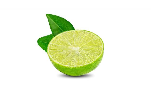 Natuurlijke verse limoen met waterdruppels en plakje groene kalk citrusvruchten staan op wit wordt geïsoleerd