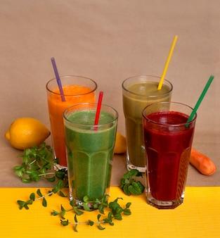 Natuurlijke verse sappen van pompoen, bieten, appels en een drankje van sterke drank