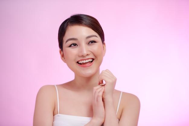 Natuurlijke vrouw schoonheid schone huid mooie vrouwelijke cosmetische concept gezicht portret