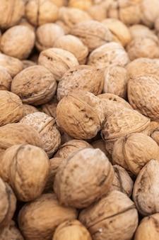 Natuurlijke walnootachtergrond met vaag randenkader. natuurvoeding noten in de dop