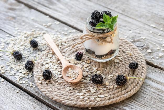 Natuurlijke yoghurt. gemaakt van natuurlijke producten met toevoeging van bramen en munt.