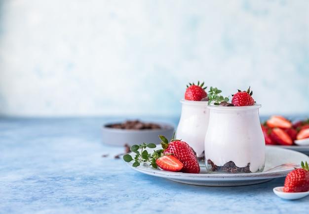 Natuurlijke yoghurt met granola en aardbei voor ontbijt of snack gezond eetconcept