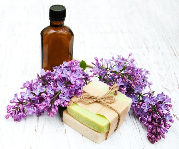 Natuurlijke zeep en lila bloemen
