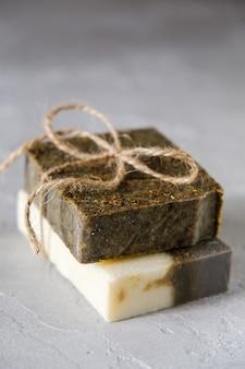 Natuurlijke zeep met gedroogde kruiden natuurlijke kruidenproducten. spa cosmetica