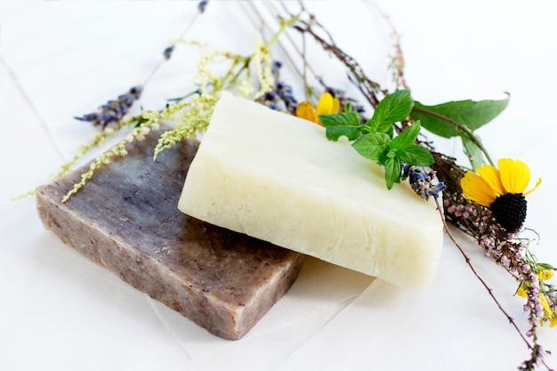 Natuurlijke zeep met kruiden