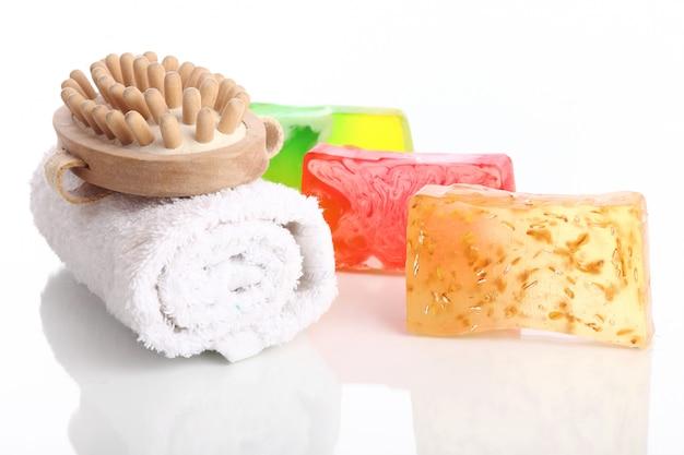Natuurlijke zeep met witte handdoek en borstel