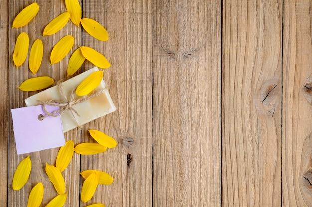 Natuurlijke zeep op hout
