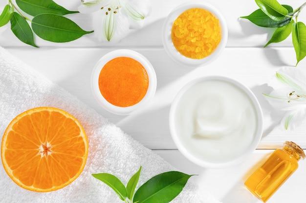 Natuurlijke zelfgemaakte cosmetica met sinaasappelfruit en kruiden