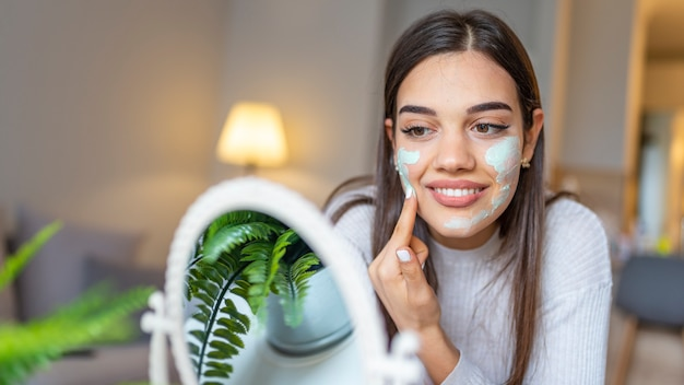 Natuurlijke zelfgemaakte gezichtsmaskers thuis.