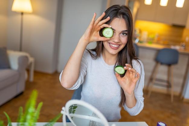 Natuurlijke zelfgemaakte verse komkommer gezichtsmaskers gezichtsmaskers.