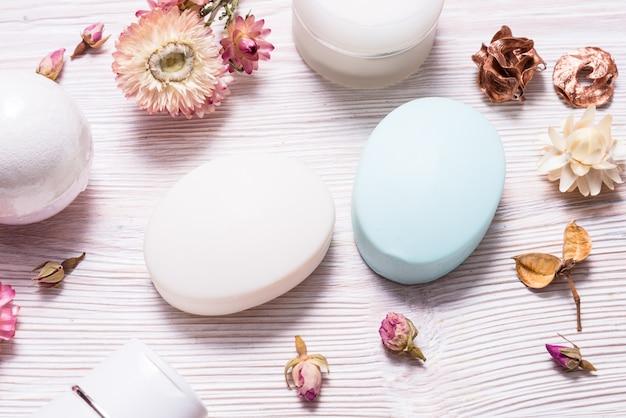 Natuurlijke zelfgemaakte zeep op houten tafel