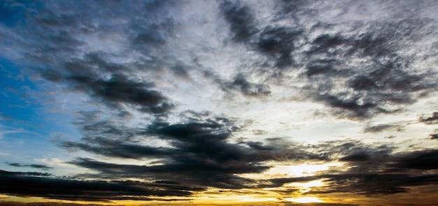 Natuurlijke zonsondergang zonsopgang. heldere dramatische lucht en donkere grond. platteland landschap onder schilderachtige kleurrijke hemel