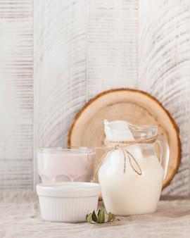 Natuurlijke zuivelproducten melk in een kruik yoghurt zure room op een houten achtergrond kopie ruimte