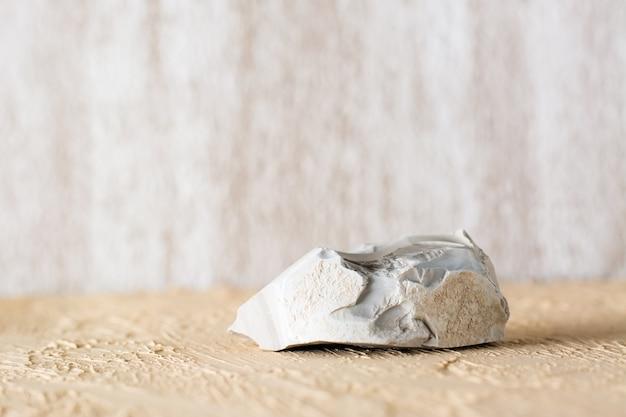 Natuursteen op een beige gestructureerd gipsoppervlak