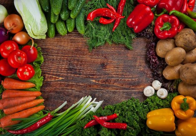 Natuurvoedingachtergrond, kader van groenten wordt gemaakt die
