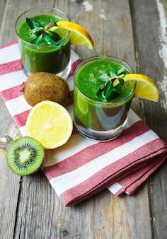 Natuurvoedingconcept met verse kiwi smoothie