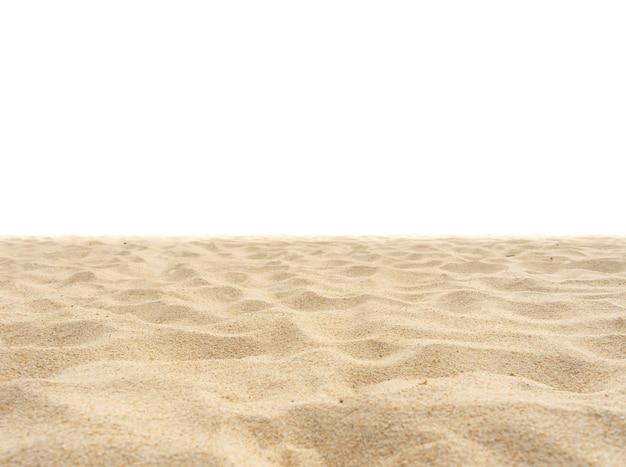 Natuurzandstrandtextuur in de zomerzon geïsoleerd op wit zandtextuur in de natuur natuur en reizen