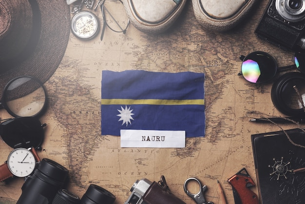 Nauru-vlag tussen de accessoires van de reiziger op oude vintage kaart. overhead schot