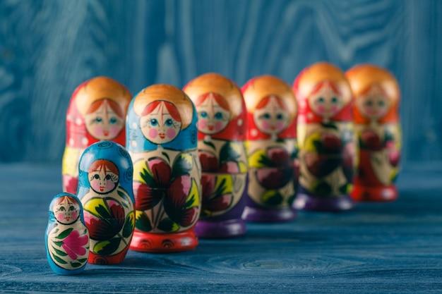 Nauwe weergave van de kleurrijke matryoshka, de traditionele russische broedende poppen, de beroemde oude houten souvenir in de vitrine