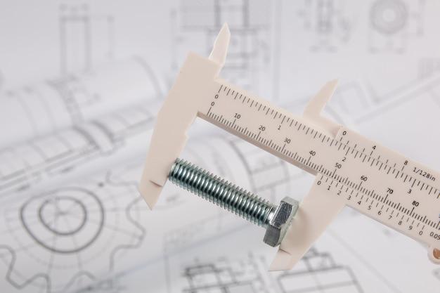 Nauwkeurige meting van metalen bout. meten met technische schuifmaat.