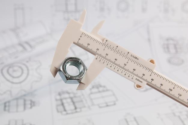 Nauwkeurige meting van metalen moer. meten met technische schuifmaat.