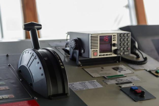 Navigatie bedieningspaneel en radio op de brug