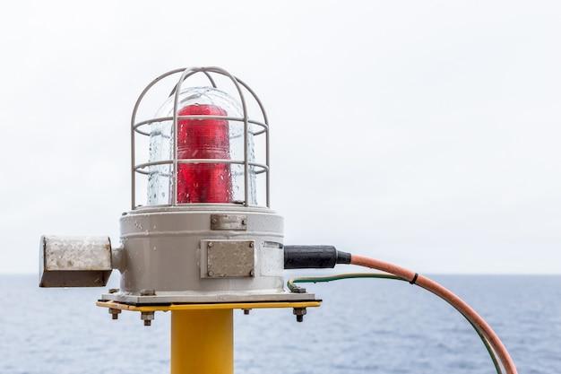 Navigatieverlichting gloeilampen op het olie- en gasplatform offshore-boorkop.