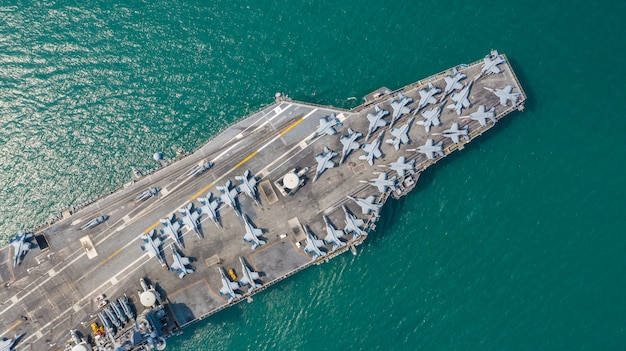 Navy nuclear aircraft carrier, military navy ship carrier volledig laden straaljager, luchtfoto.