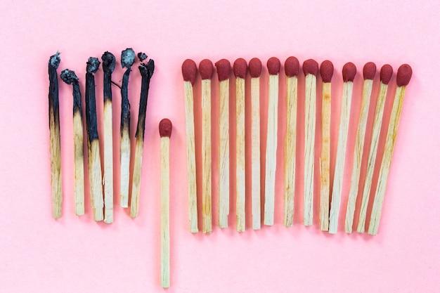 Naw en brandende houten matchstick
