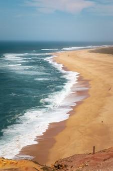 Nazare kust een van de dapperste ter wereld met de grootste golven overal, portugal