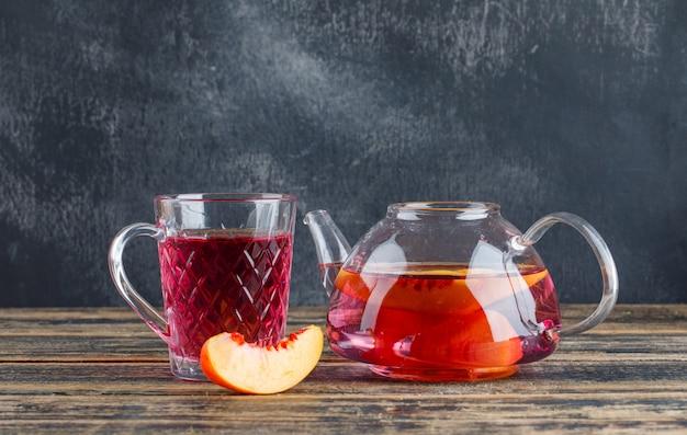 Nectarine met koud drankje op houten en grungy muur, zijaanzicht.