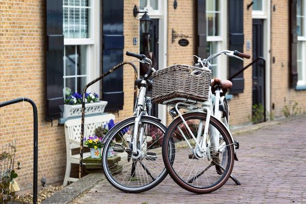 Nederland. retro fiets met mand staande op een straat van kinderdijk