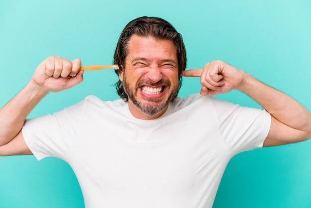 Nederlandse man van middelbare leeftijd met een tandenborstel geïsoleerd