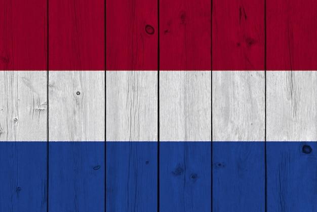 Nederlandse vlag geschilderd op oude houten plank